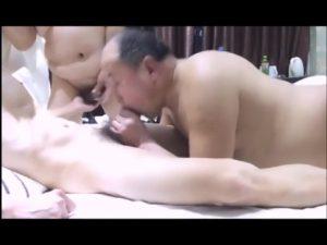 【ゲイ動画ビデオ】無音だけどそれが盗撮感を出しててドキドキ! アジア系のはげ上がった中年ぽっちゃりオヤジが二人の筋肉美少年と3P!