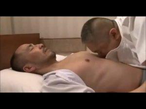 【ゲイ動画ビデオ】ガチポチャ中年マッサージ師のケツマンを、ハゲたイケオジがディルドで掘りながらバキュームフェラ♪