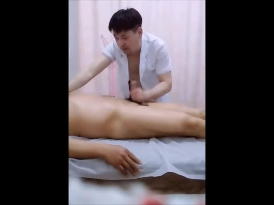 【ゲイ動画】アジア系筋肉イケメンの渾身性感マッサージ! 巨根を手コキ、フェラして疲れを癒やそう!