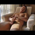 【ゲイ動画】逆三角形体型のアジア系筋肉マッチョイケメンが、自慢の巨根を扱きあげるオナニーをする!