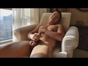 【ゲイ動画ビデオ】逆三角形体型のアジア系筋肉マッチョイケメンが、自慢の巨根を扱きあげるオナニーをする!
