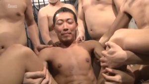【ゲイ動画】無数の巨根に囲まれ輪姦ファックで口とケツマンにデカチンを咥え込み続ける筋肉イケメンの法悦フェイスがスケベ過ぎ!