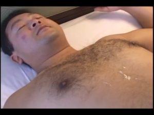 【ゲイ動画ビデオ】中年の胸毛が凄いクマ系ぽっちゃりイケオジと、ぽちゃメガネイケメン青年とのじっくりねっとり落ち着いた巨根エッチ♪