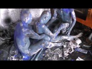 【ゲイ動画ビデオ】これはウェット&メッシーなのか? 三人の筋肉イケメンが身体にペイントして汚し合いながら巨根を手コキ!