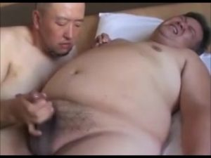 【ゲイ動画ビデオ】ぽっちゃり系オヤジがスジ筋イケメン中年にディルドと巨根で攻められ拘束され、「やめてええっ」と絶叫!