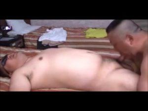 【ゲイ動画ビデオ】ぽっちゃり系中年イケオジとガチポチャイケメンの肉肉しいゲイセックス! 言葉責めが凄い!