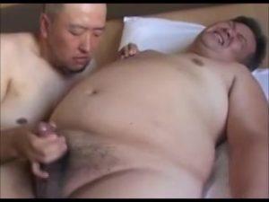 【ゲイ動画】巨根で巨漢のぽっちゃり系中年おじさまを、マッチョスジ筋イケオジがじっくり責めてザーメン大噴射させまくる!