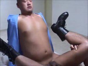 【ゲイ動画ビデオ】不良ガチムチ筋肉マッチョき坊主K官は、職務中に興奮しちゃって同僚の筋肉イケメンを襲っちゃう!