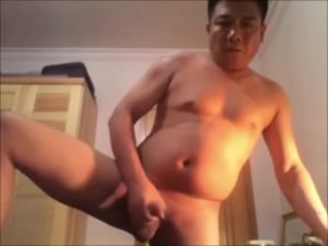 【ゲイ動画ビデオ】自撮りはオヤジにまで浸透している? 無修正巨根を見せつけオナニーしちゃうガチポチャマッチョなアジア系中年!
