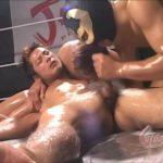 【ゲイ動画】卑劣! スパークリングで疲労した筋肉イケメンを覆面マッチョが襲いリングの上で3P輪姦ファック!