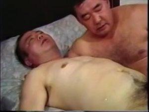 【ゲイ動画】無音の中だけどスケベなアナル舐め音が聞こえてきそう! イケオジぽっちゃり系リーマンが69,そして正常位で激しいセックス!