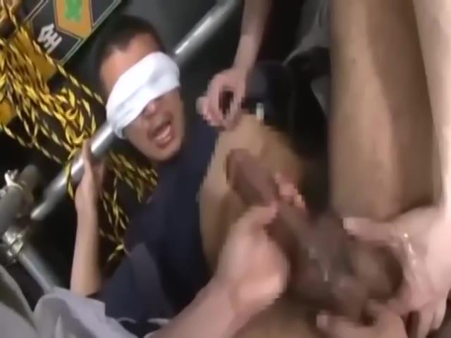 【ゲイ動画】作業着姿のガテン系筋肉やんちゃイケメンくんが仕事中にこっそりオナニーしていたら体育会系先輩二人に輪姦3Pされちゃいました!