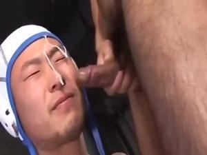 【ゲイ動画ビデオ】ヘッドギアイケメンラガーマンが、巨根で口唇とアナルをたっぷり犯され顔をザーメンで汚される!