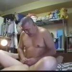 【ゲイ動画】ガチポチャな中年オヤジがガチムチイケメンと自撮りハメ! ベッドが軋む力強いピストンでケツマンを掘る!