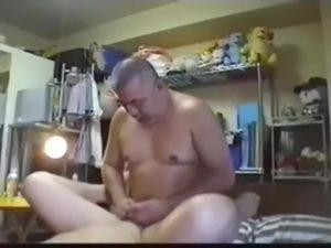 【ゲイ動画ビデオ】ガチポチャな中年オヤジがガチムチイケメンと自撮りハメ! ベッドが軋む力強いピストンでケツマンを掘る!