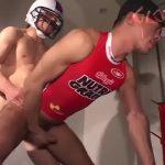 【ゲイ動画】アメフトメットやユニフォームを着たまま巨根をフェラして立ちバックで犯すスジ筋イケメンの着衣セックス!