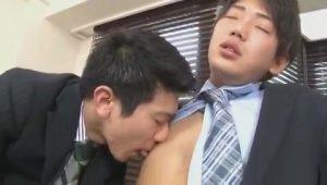 【ゲイ動画ビデオ】誰もいないオフィスで二人きりになった筋肉イケメンリーマンは、スーツをはだけて巨根を連結! チンポ汁が吹き出すまで腰を振るぜ!