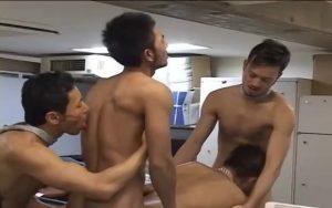 【ゲイ動画】働き盛りで脂の乗った筋肉イケメン、イケオジたち四人がオフィスで本能乱交! 仕事の息抜きは巨根からザーメンを抜く輪姦に限る!