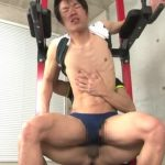 【ゲイ動画】体育会系ファックはトレーニングマシンの上でケツチン合体! スジ筋イケメンの激しいアクロバティックなセックス!