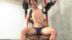 【ゲイ動画ビデオ】体育会系ファックはトレーニングマシンの上でケツチン合体! スジ筋イケメンの激しいアクロバティックなセックス!