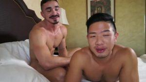 【ゲイ動画】マッチョなイケオジ外国人がアジア系筋肉イケメンの巨根を締め付けるアナルとキスにご満悦♪