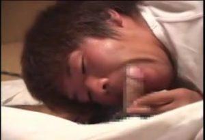 【ゲイ動画ビデオ】熟睡している坊主マッチョイケメンの包茎チンポをこっそり夜這いフェラするやんちゃ筋肉イケメン♪ 起きた親友に巨根を挿入されちゃいました♪