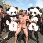 【ゲイ動画】全裸で街中を引きずり回しにされた筋肉イケメン中年外国人が、無数の巨根でファックされる公開セックス!
