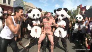 【ゲイ動画ビデオ】全裸で街中を引きずり回しにされた筋肉イケメン中年外国人が、無数の巨根でファックされる公開セックス!