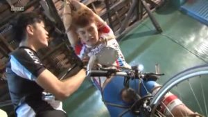 【ゲイ動画】自転車オナニーしていた所を見られたスジ筋イケメンは、親友に亀甲縛りにされ青姦ファックで犯される!