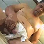 【ゲイ動画】でっぷり太った肉体は貫禄! ぽっちゃり系中年オヤジの濃厚セックスに巨根を扱きまくるオナニー!
