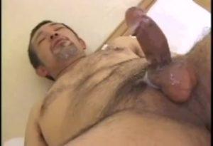 【ゲイ動画ビデオ】ぽっちゃり系クマオヤジの包茎チンポが限界にまでフル勃起する、中年のまったりゲイセックス♪