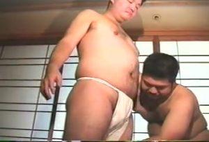 【ゲイ動画】褌が似合いすぎるどすこい体型! ぽっちゃりクマ系イケオジが、ぽっちゃり系美少年君をじっくり愛撫し巨根を刺す!