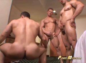 【ゲイ動画ビデオ】ビルダー級のマッチョイケメン外国人たちが酔っ払ってホテルで裸プロレス、からの三人でオナニー合戦にハッテンしとるwww