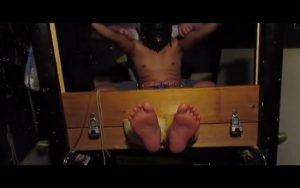 【ゲイ動画ビデオ】がっつり手足を拘束してくすぐりまくりの煩悶拷問! 外国人マッチョイケメンの巨根もビンビンに屹立しまくり!