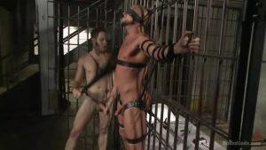 【ゲイ動画】もみあげがスゲェスジ筋イケメン囚人が、坊主のマッチョ外国人看守を完全陵辱! 制服を脱がされザーメンミルクを顔にぶっかけられる!