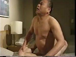 【ゲイ動画】白髪交じりのややぽちゃ親父が、濃厚キスしてごんぶと巨根をずっぷり突き刺す! 昭和のおっさん感半端ない!