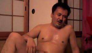【ゲイ動画】イケオジたちの巨根が天井に向かって大勃起! 女の子相手のノンケセックスだけど親父に大注目!