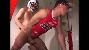 【ゲイ動画ビデオ】アメフトメット腰のキスがくっそエロい! スジ筋イケメンとマッチョ先輩の立ちバック濃厚ファックは高画質!
