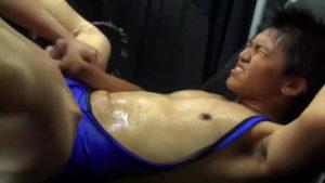 【ゲイ動画ビデオ】気弱そうな筋肉イケメンくんが屈強な筋肉ゴーグルマンに囲まれハード輪姦! 連続巨根挿入で潮吹きで汁だくに!