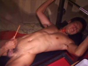 【ゲイ動画ビデオ】スジ筋イケメンの尿道にカテーテルを挿入し潮吹きさせた上でアナルを掘削するハードファック!