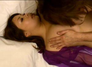 【ゲイ動画ビデオ】眠っているグラマラスお姉さんの身体にむしゃぶりついて巨根を突っ込むやんちゃ系スジ筋イケメン!