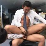【ゲイ動画】息抜きはチンポからザーメンぶっこ抜きに限る! オフィスで筋肉イケメンリーマンが先輩たちから3Pスーツ着衣ファックに悶える!