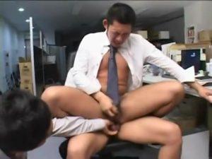 【ゲイ動画ビデオ】息抜きはチンポからザーメンぶっこ抜きに限る! オフィスで筋肉イケメンリーマンが先輩たちから3Pスーツ着衣ファックに悶える!