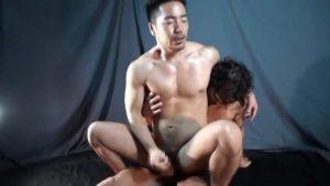 【ゲイ動画ビデオ】セックスマシーンのように力強いスジ筋イケメンゴーグルマンのピストンでトロ顔で巨根勃起しちゃう筋肉イケメン!