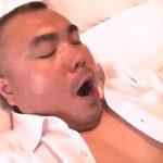 【ゲイ動画】ぽっちゃり系クマおじさまがスーツを脱ぎ捨て、巨根を扱きまくり! デカマラは勃起が止まらない!