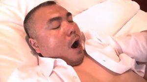 【ゲイ動画ビデオ】ぽっちゃり系クマおじさまがスーツを脱ぎ捨て、巨根を扱きまくり! デカマラは勃起が止まらない!