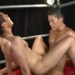 【ゲイ動画】見事なスジ筋ボディにスタッフもうっとり♪ 超絶筋肉を持つノンケイケメンが初めてのタチでチンポをアナルに突っ込む!