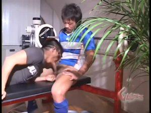 【ゲイ動画ビデオ】はだけたラガーマンシャツ、舐め回されてヌラヌラになったアナルに巨根を押し込まれて中イキするスジ筋マッチョラガーマン!