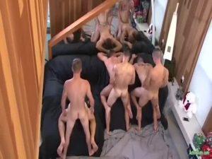 【ゲイ動画ビデオ】広い部屋で行われる、筋肉マッチョイケメンの六人乱交パーティーはビンビン巨根をみんなで舐め合う野獣セックスの連続!
