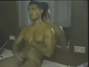 【ゲイ動画ビデオ】美しい筋肉のイケメンが、巨根を扱き狂う自慰を見せつけ! 古い映像と音楽が彩る、趣あるオナニー動画!